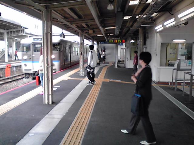 日曜の「小月駅」の朝/駅を使う人がいても、駅の周辺商店街が寂しいなぁ